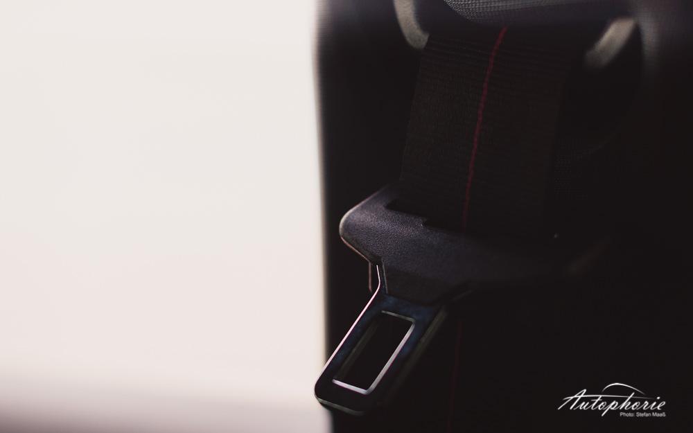 Peugeot_208_GTi_Gurthalter
