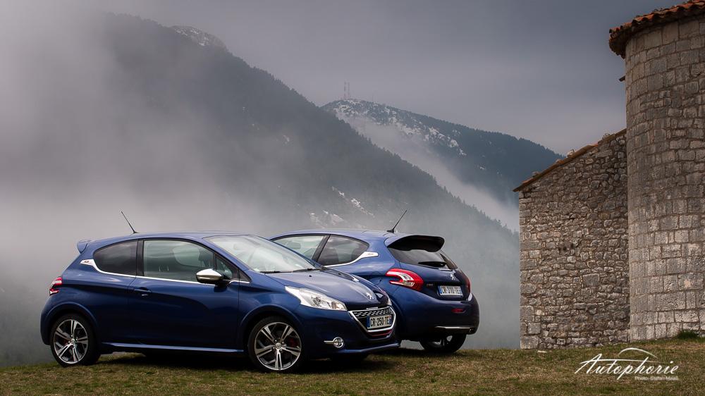 Peugeot_208_GTi_Nebel_Kirche