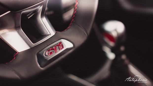 Peugeot_208_GTi_Sportlenkrad_Schaltknauf