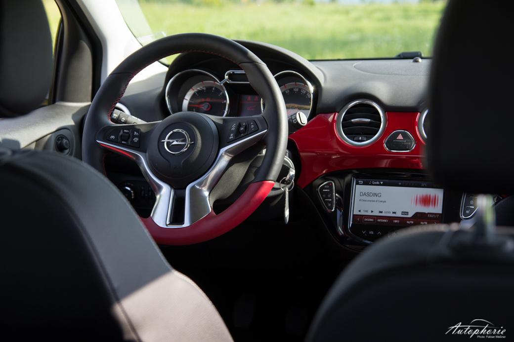 Opel-ADAM-SLAM-cockpit-lenkrad-rot
