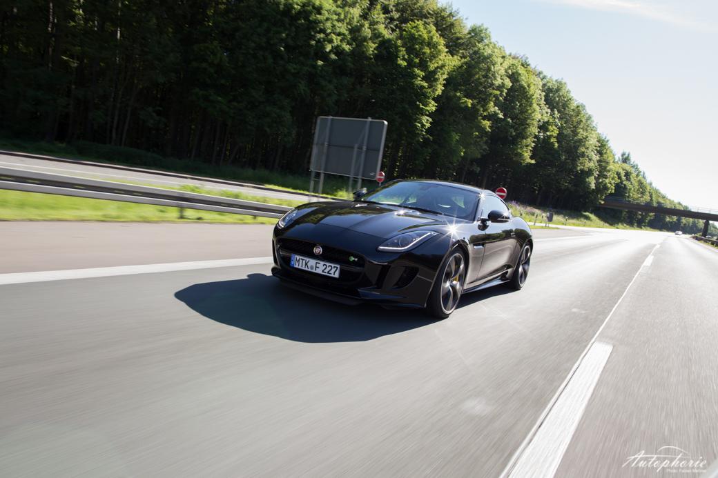 jaguar-f-type-r-coupe-fahrend-front
