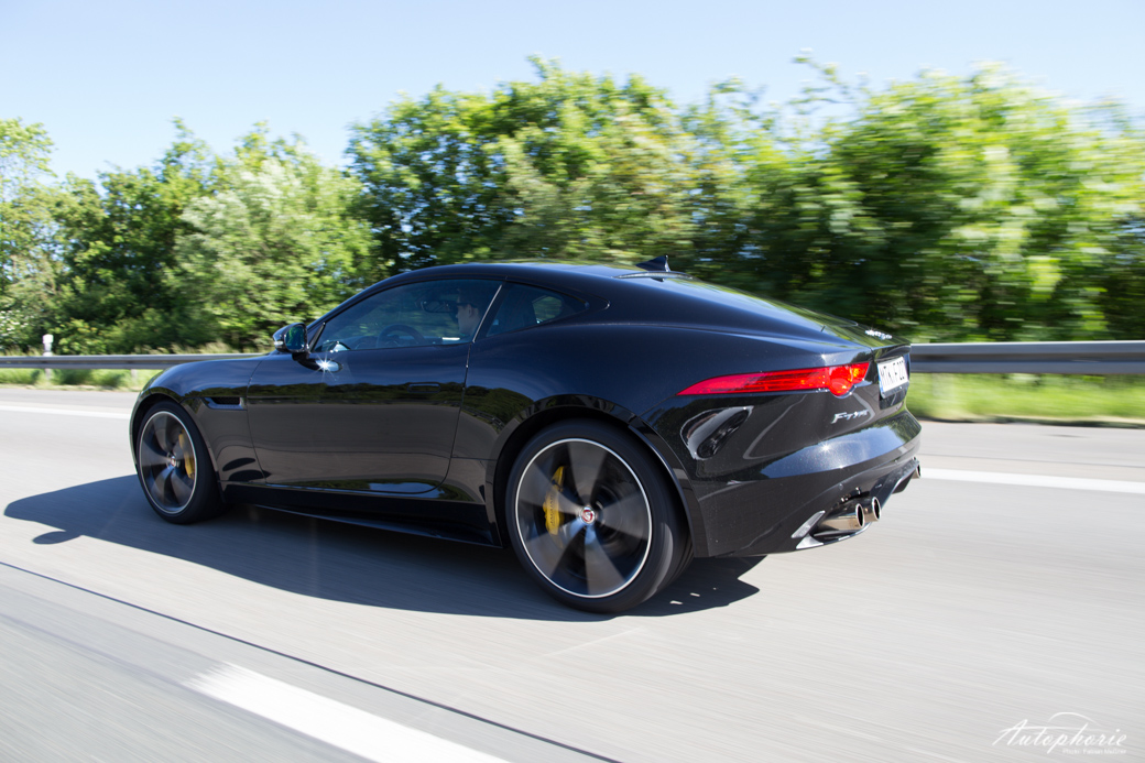 jaguar-f-type-r-coupe-heck-fahrend