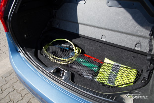 2015-volvo-V60-plug-in-hybrid-r-design-9572
