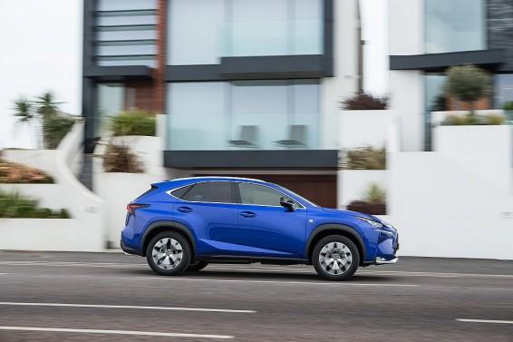 lexus-nx-200t-fahrend-blau