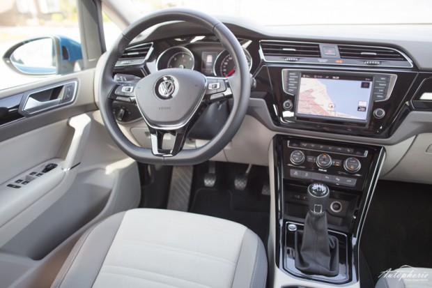 2015-vw-touran-cockpit