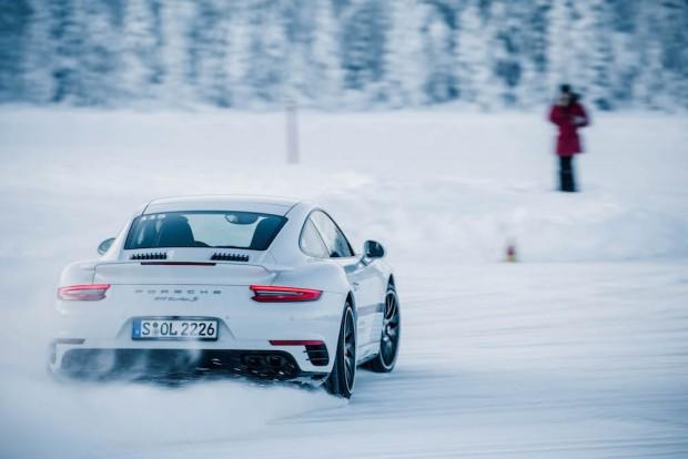 porsche-driving-experience-schnee-911-turbo-quer-fahren