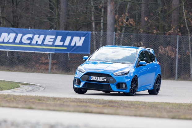 ford-focus-rs-blau-rennstrecke