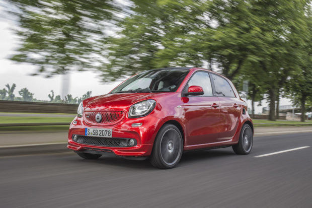 smart BRABUS forfour; Exterieur: cadmium red; Xclusive Kraftstoffverbrauch kombiniert: 4,6 l/100 km; CO2-Emissionen kombiniert: 104 g/km;exterior: cadmium red; Xclusivefuel consumption combined: 4.6 l/100 km; CO2 emissions combined: 104 g/km