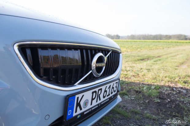 2017-volvo-v40-facelift-amazon-blau-3