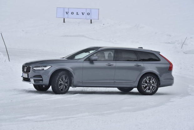 Volvo V90 Cross Country grau Schnee