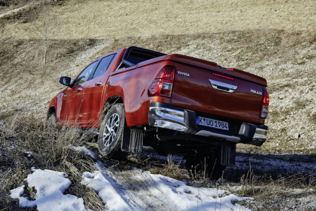 Toyota Hilux 2.4l D-4D Offroad Heckansicht Verschränkung