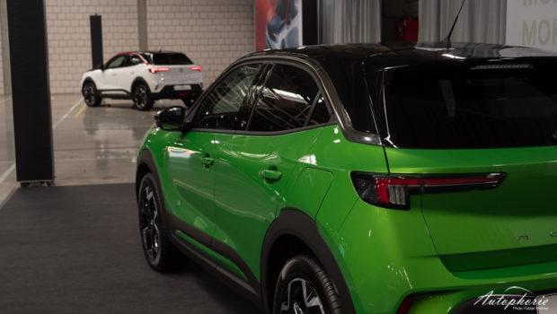 Opel Mokka-e grün-schwarz lackiert